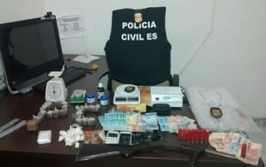 Dentro de um das residências foram encontradas mais drogas e dinheiro