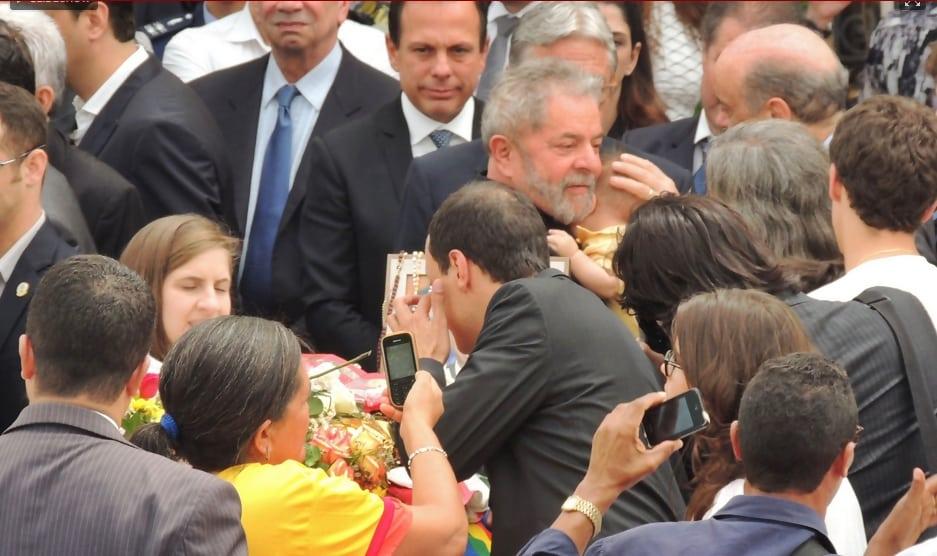 Lula pega no colo Miguel, filho caçula de Renata e Eduardo Campos
