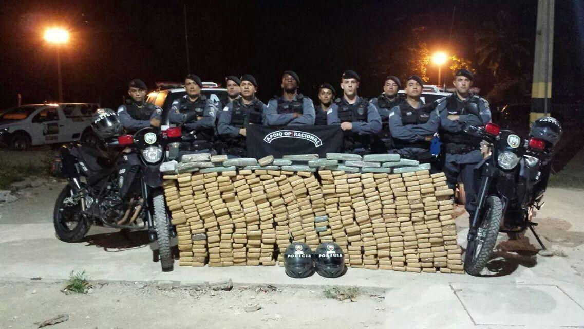O conduzido juntamente com o entorpecente apreendido foram encaminhados à autoridade policial do município.