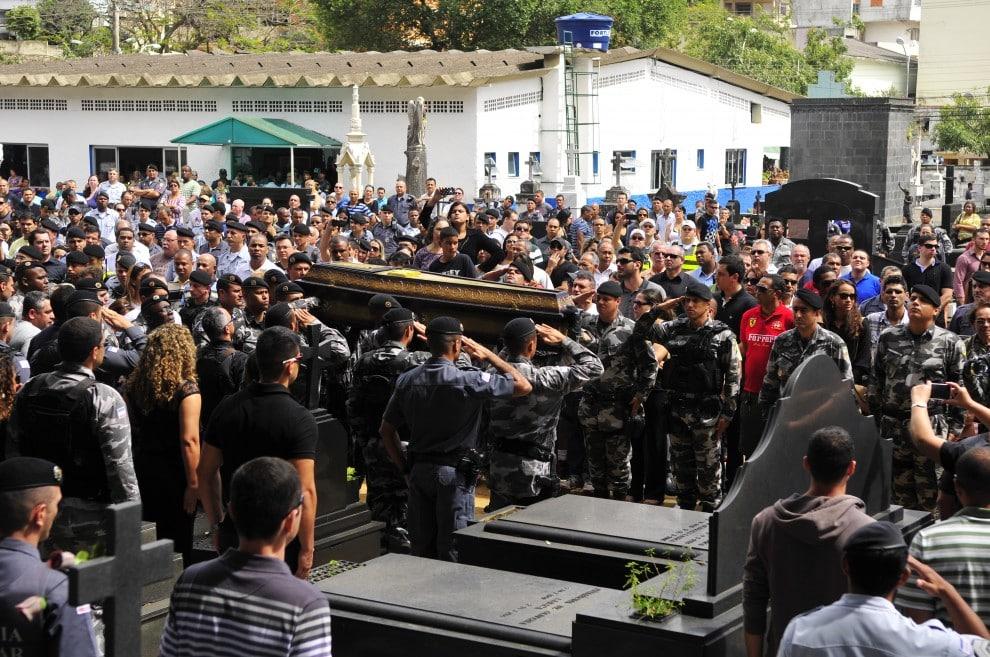 Várias pessoas compareceram ao local para dar o último adeus ao soldado. Foto: Guilherme Ferrari/Gazeta Online