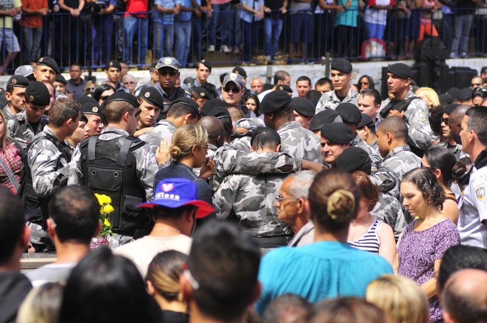Choro, honras militares e o clamor por justiça marcaram o enterro do soldado. Foto: Guilherme Ferrari/Gazeta Online