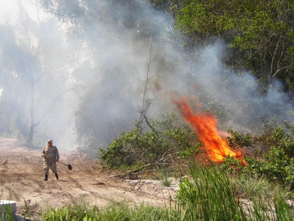 Bombeiro combate incêndio em vegetação em Guarapari. Foto: João Thomazelli/Portal 27