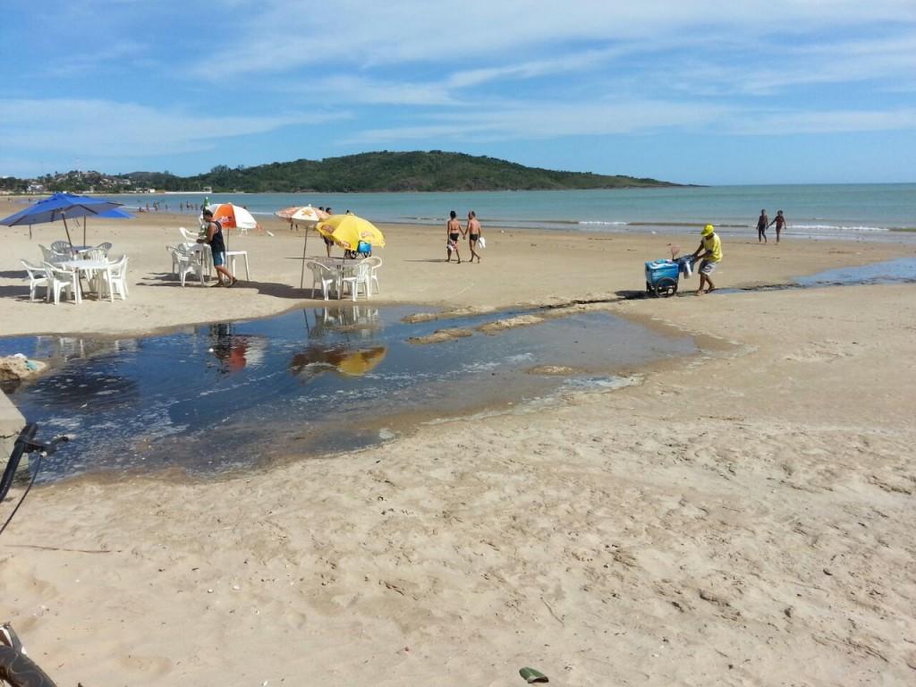 O esgoto espantou banhistas que estavam na areia da praia. Foto: Divulgação.