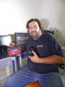 Joka Crepo com a câmera que será dada ao primeiro colocado do festival. Foto: João Thomazelli/Portal 27