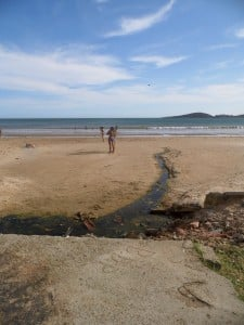 Existem pelo menos três pontos na praia onde o esgoto escorre. Foto: João Thomazelli/Portal 27
