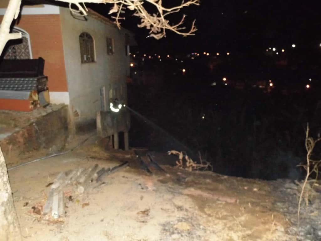 Bombeiros combatem incêndio no Bairro Nossa Senhora da Conceição. Foto: João Thomazelli/Portal 27