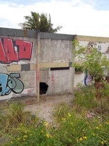 Uma parede foi quebrada para permitir a entada de pessoas no local. Foto: João Thomazelli/Portal 27