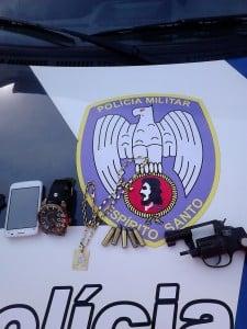 A arma usada no assalto e parte do material recuperado. Foto: João Thomazelli/Portal 27