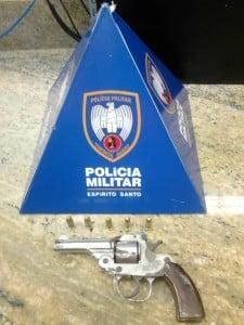 O suspeito tentou jogar a arma debaixo de um carro. Foto: João Thomazelli/Portal 27