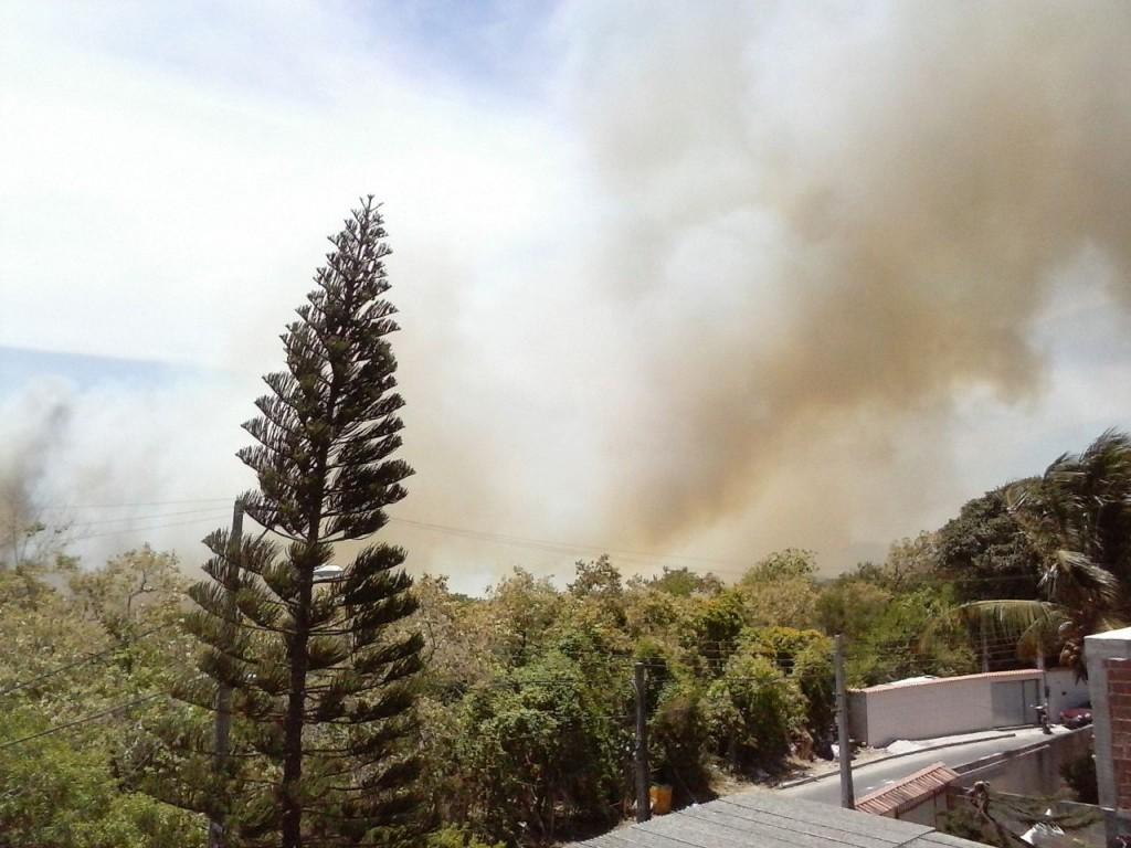 A fumaça forçou vários moradores a saírem de suas casas. Foto: Divulgação