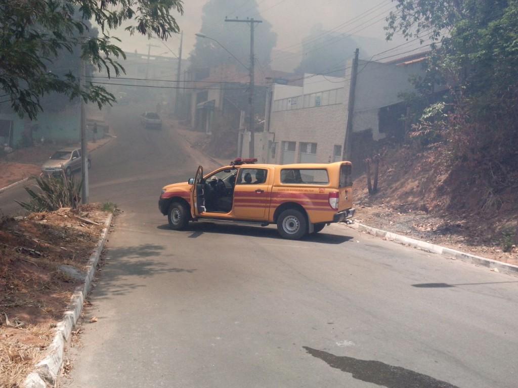Bombeiros orientaram os moradores a saírem de suas casas por causa da fumaça. Foto: Divulgação.