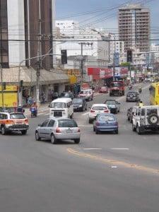 Motoristas disputam espaço no acesso ao Centro de Guarapari. Foto: João Thomazelli/Portal 27