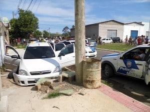 Depois de baterem com o carro, os suspeitos ainda tentaram fugir, mas foram presos pela Polícia Militar. Foto: João Thomazelli/Portal 27