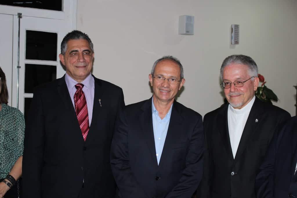 Padre César Augusto (D) ao lado de Paulo Hartung e do prefeito Marcus Assad. Foto: João Thomazelli/Portal 27