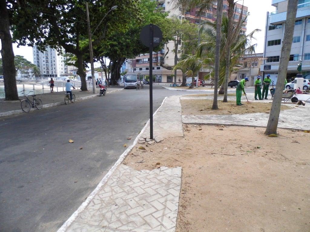 A calçada danificada dificulta a mobilidade. foto: João Thomazelli/Portal 27