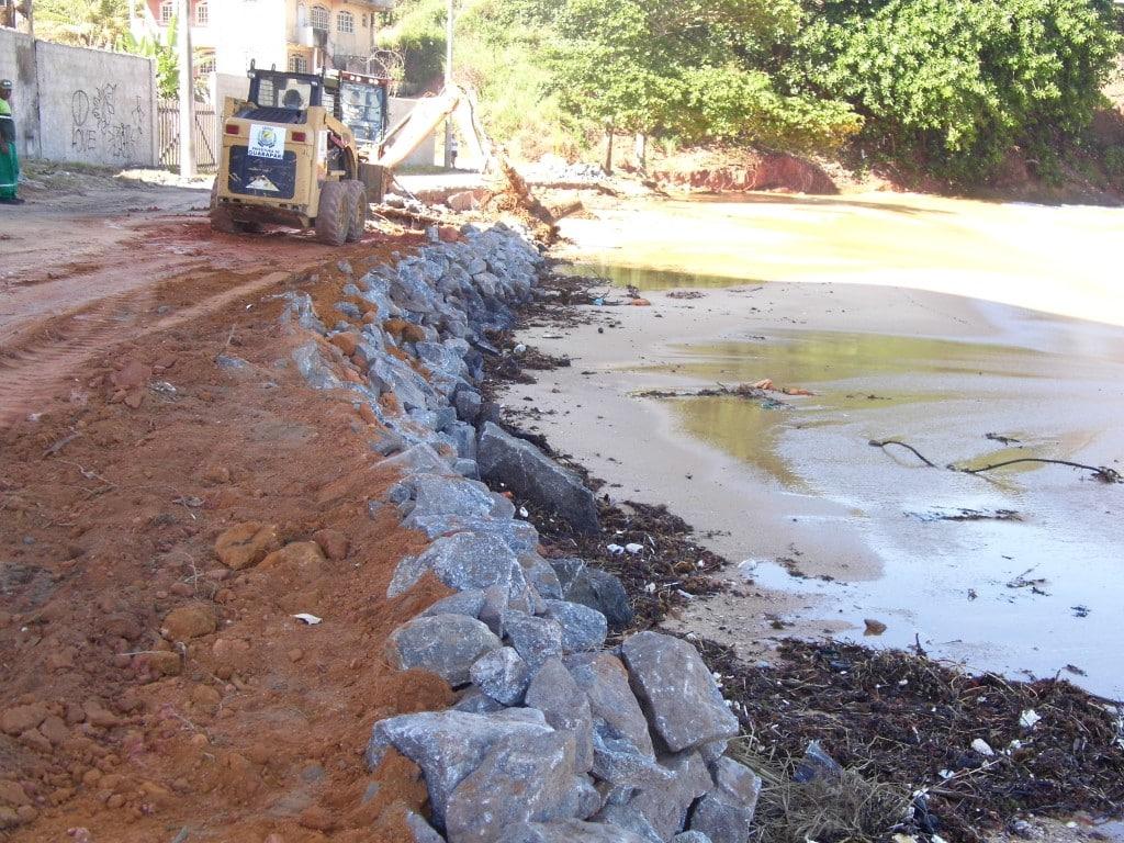 Obras de contenção na Praia do Riacho. Fotos: João Thomazelli/Portal 27