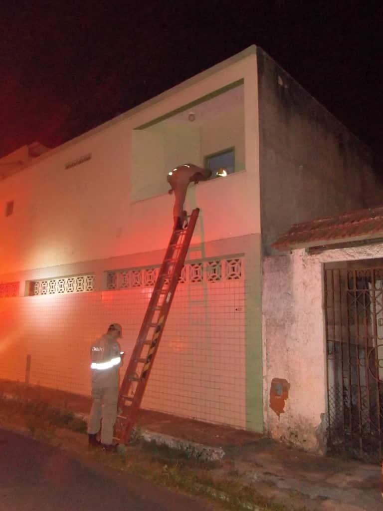 Os bombeiros tiveram que usar uma escada para entrar no prédio. Foto: João Thomazelli/Portal 27