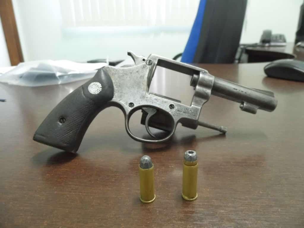Revólver calibre 32 usado no crime. Foto: João Thomazelli/Portal 27
