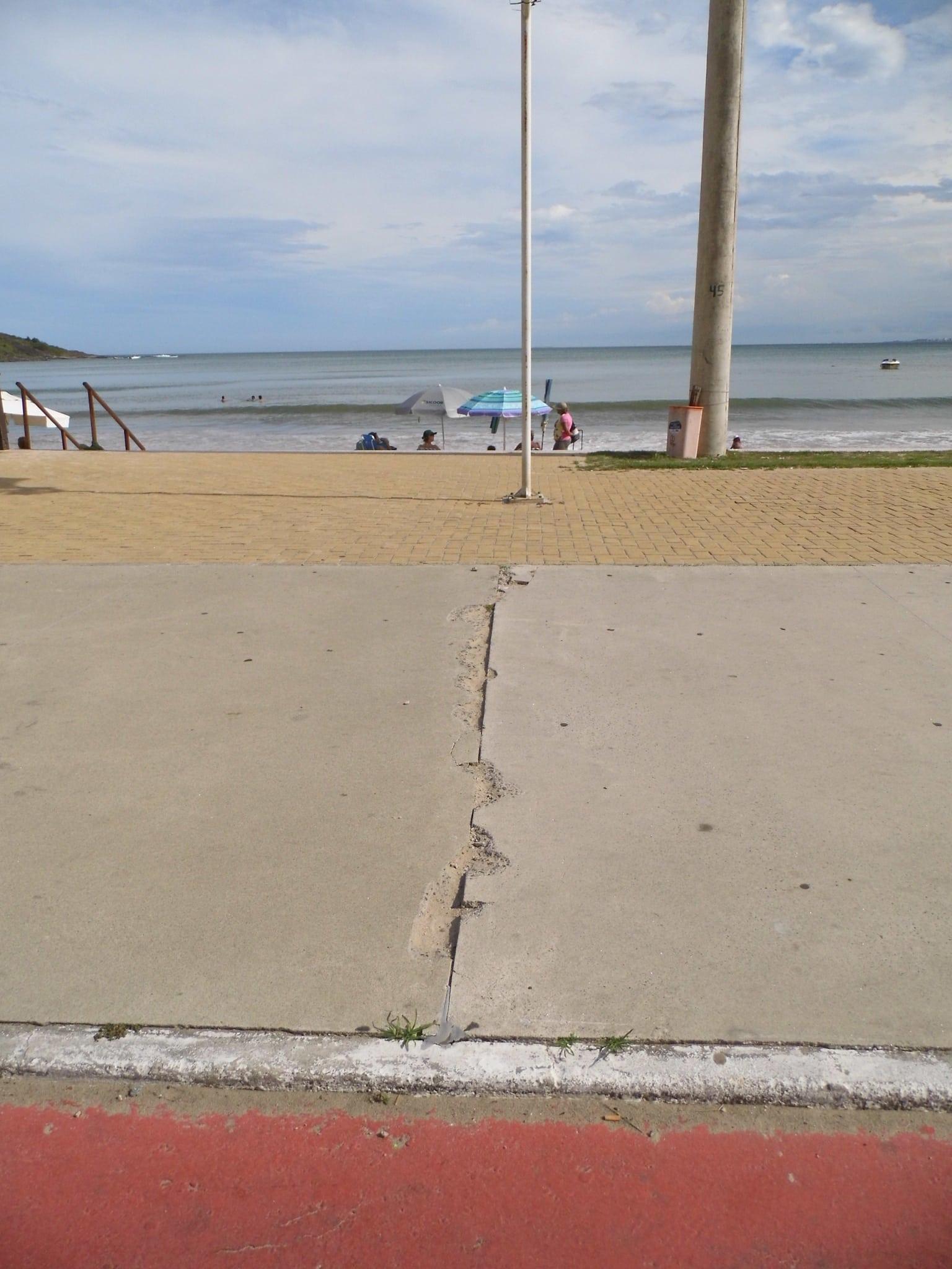 Os buracos e rachaduras estão em toda a extensão da praia. Foto: João Thomazelli/Portal 27