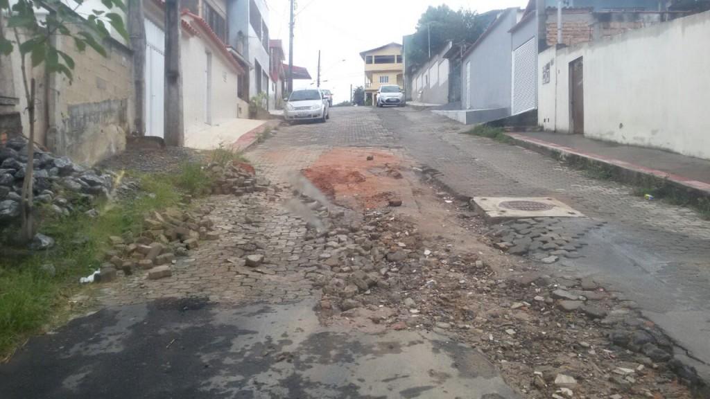 Ruas danificadas depois de obras da Cesan são comuns pela cidade.
