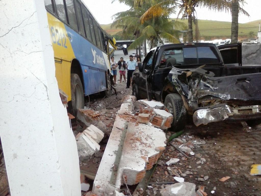 O ônibus colidiu com a traseira da caminhonete e depois em um muro. Fotos: Internet