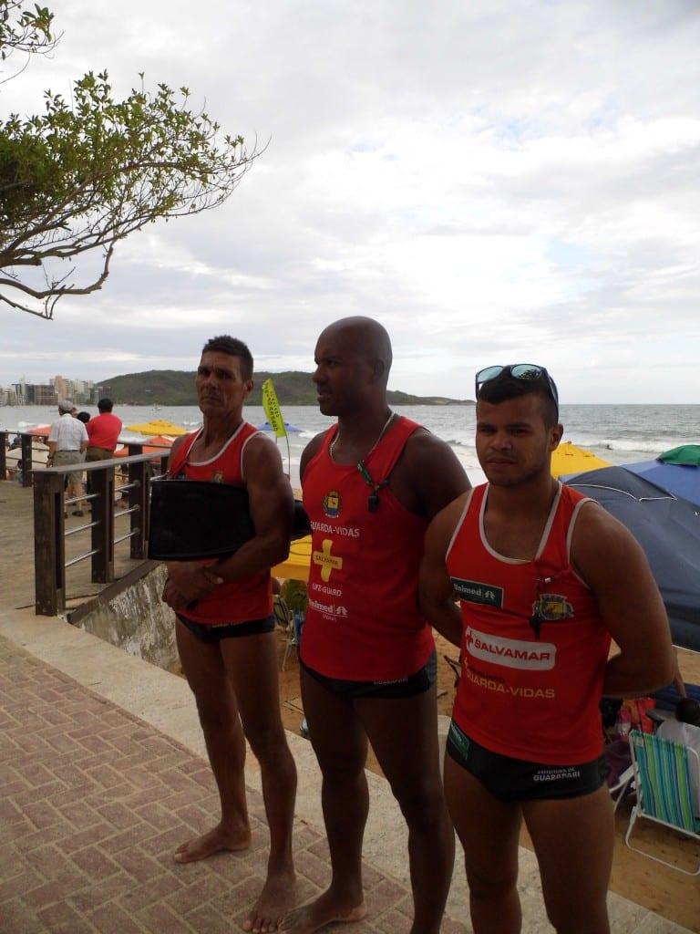 Edson Mendes (D) alerta para os perigos do mar.Foto: João Thomazelli/Portal 27