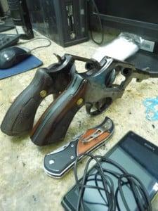 dois revólveres, além de 33 munições foram apreendidas. foto: João Thomazelli/Portal 27