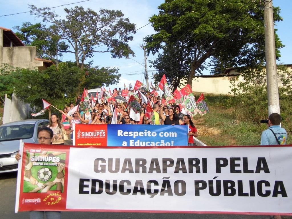 Depois da assembleia em frente à prefeitura, os professores seguiram para o CMEJA. Foto: João Thomazelli/Portal 27