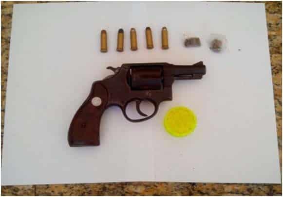 O revólver foi encontrado com um adolescente de 17 anos no bairro Paturá. Foto: Divulgação PM