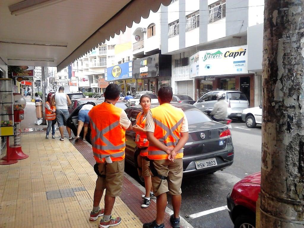 Agentes  estão orientando os motoristas sobre o funcionamento do rotativo na cidade. Foto: João Thomazelli/Portal 27