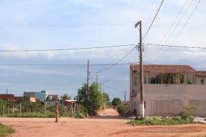 As ruas do bairro possuem postes e fiação elétrica, mas a energia não chega à maioria dos moradores. Foto: João Thomazelli/Portal 27