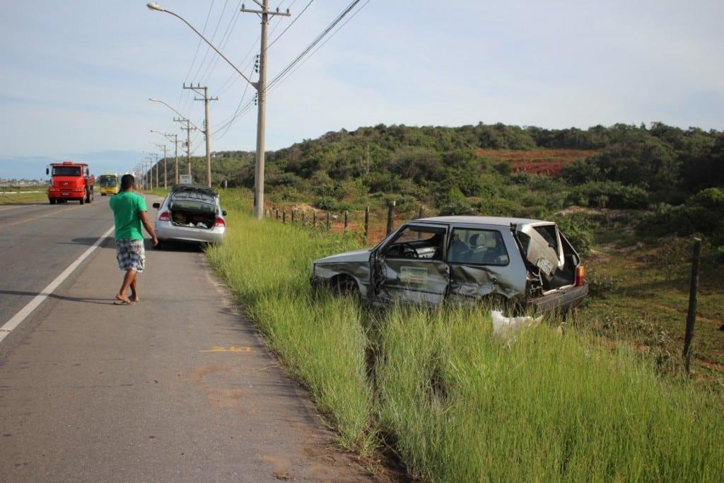 O Fiat Uno ficou com a lateral destruída. Foto: João Thomazelli/Portal 27