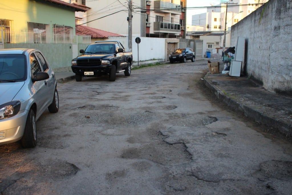 """A avenida, que circunda a Matriz Velha, está cheia de """"panelas"""". Foto: João Thomazelli/Portal 27"""