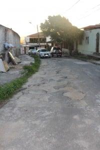 Veículos têm dificuldades para passar pela via. Foto: João Thomazelli/Portal 27