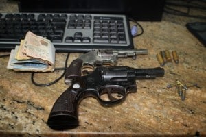 Armas e dinheiro apreendidos com os suspeitos. Foto; João Thomazelli/Portal 27