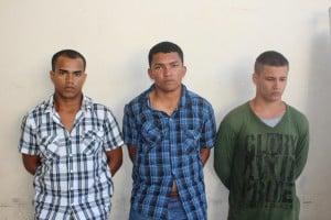 Deividson (E) e Jeferson Gil da silva, tio e sobrinho, e Raul Barbosa Senna foram presos em flagrante. Foto: João Thomazelli/Portal 27