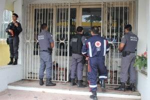 Policiais tentar conversar com a moradora da casa. Ela ameaçou se matar com uma faca. foto: João Thomazelli/Portal 27