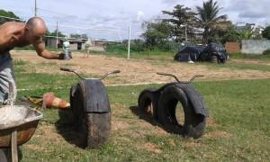Brinquedos feitos com pneus velhos foram colocados na área de lazer. Divulgação