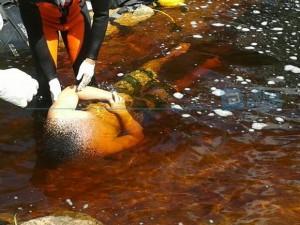 Adriano é retirado da água por uma equipe de mergulhadores do Corpo de Bombeiros. Foto: Blog do Braga