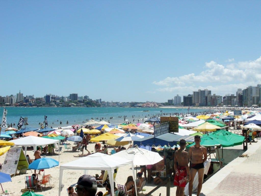 No Espírito Santo, Guarapari, com mais de 30 praias e um clima seco e sem chuvas no fim do outono, tem média de R$ 493, oscilando de R$ 230 a R$ 1.000.