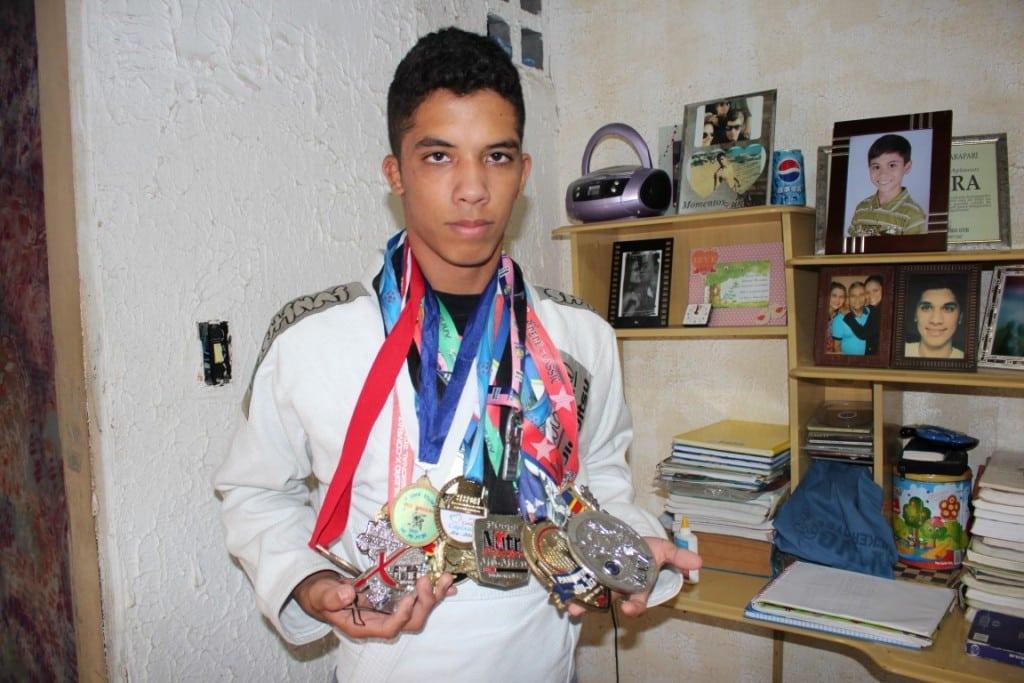 Darik mostra as medalhas que já ganhou em competições. Foto: João Thomazelli/Portal 27