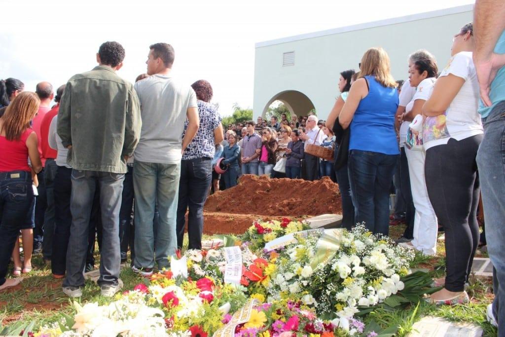 Os sepultamentos de Bruno e Ricardo foram acompanhados por centenas de pessoas. Foto: João Thomazelli/Portal 27