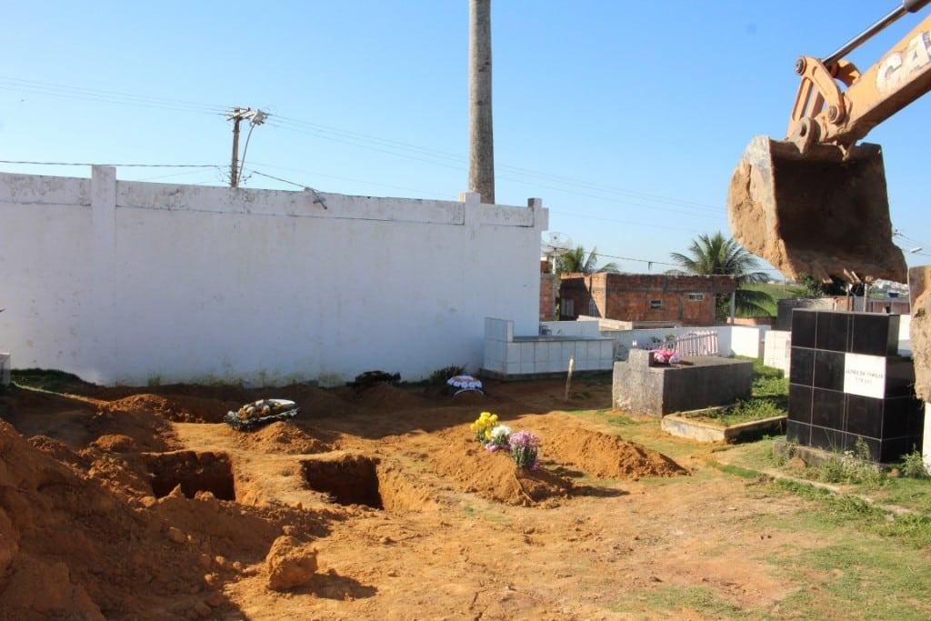 No Cemitério do Coroado, as sepulturas são abertas entre as existentes. foto: João Thomazelli/Portal 27