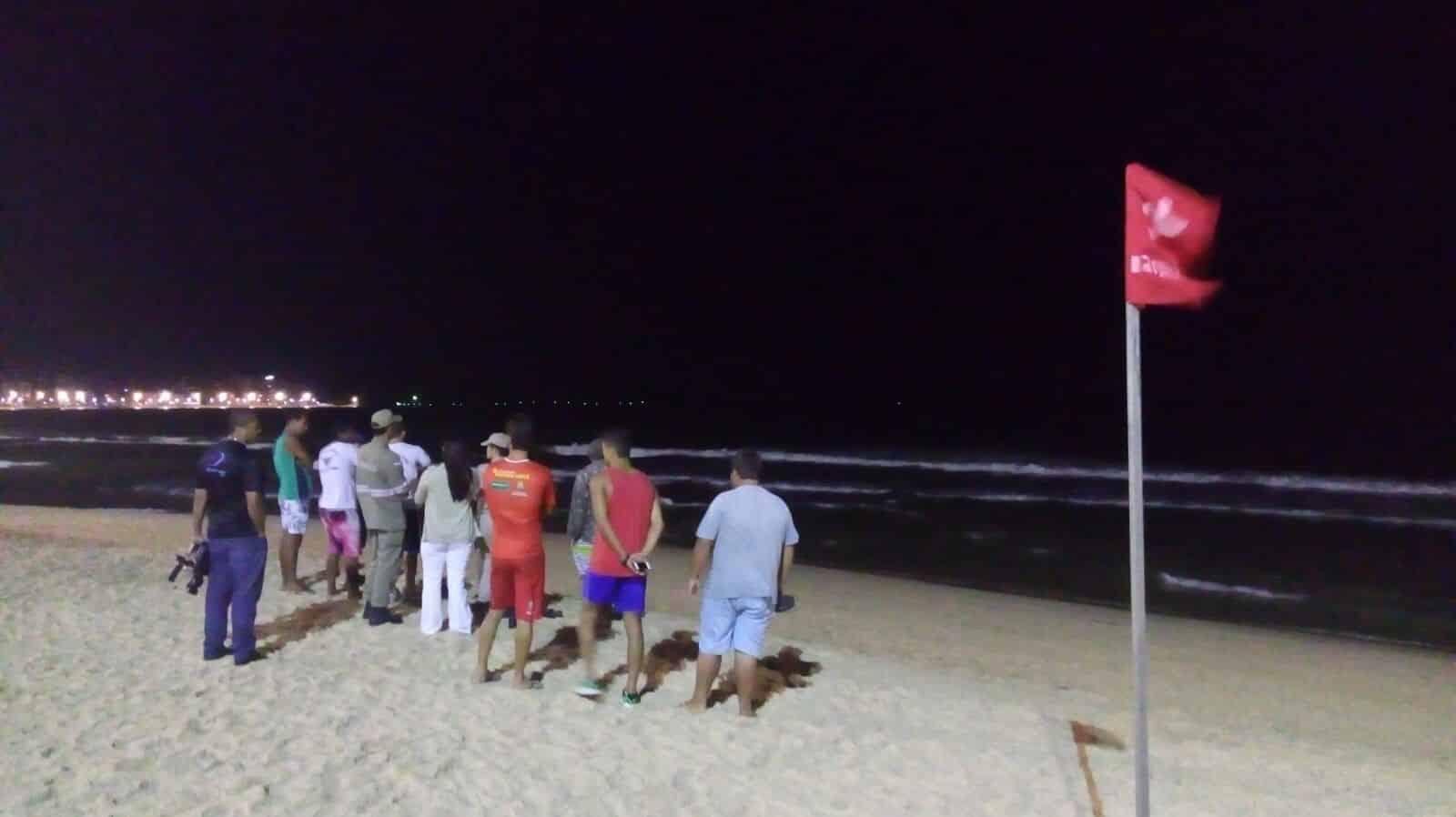 Bandeira vermelha avisava banhista do perigo de nadar no local.