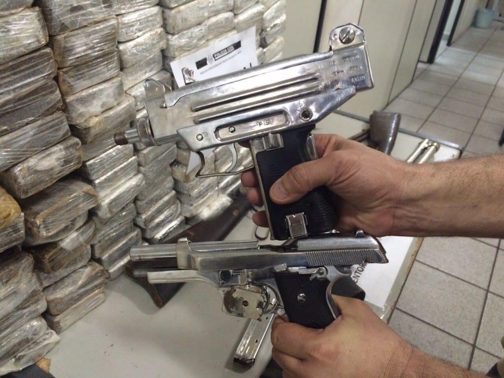 Dentro do local os civis encontraram 500 quilos de maconha, três armas de calibre 12, uma pistola nove milímetros e uma arma de fabricação israelense, também de nove milímetros.
