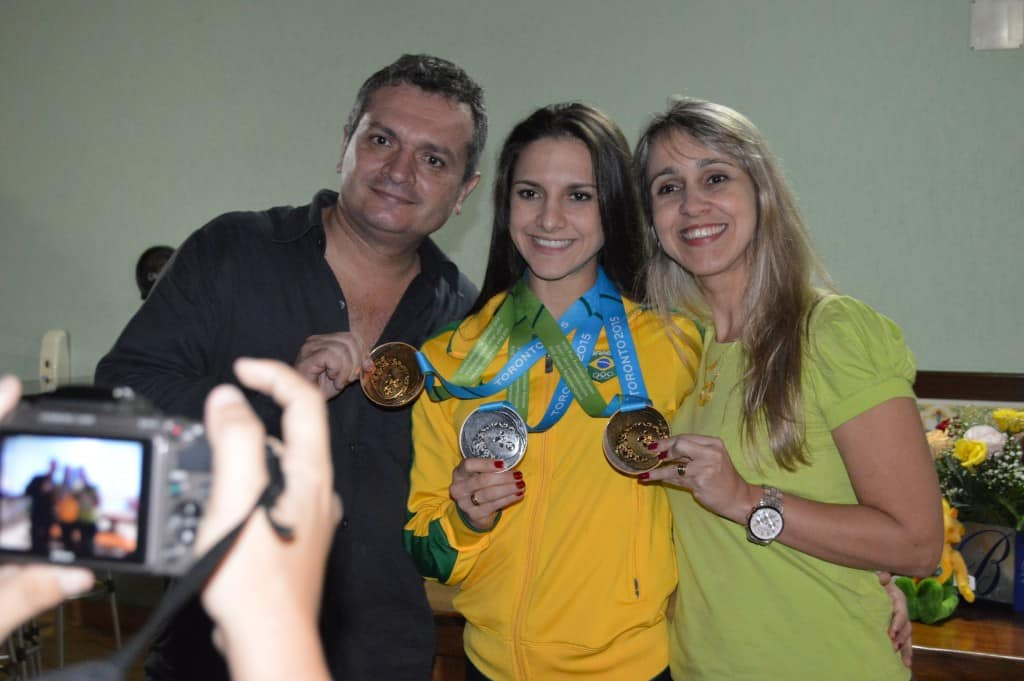 Nas próximas semanas, Ana Paula Ribeiro ela volta para Aracaju para se preparar para o Mundial na Alemanha, em setembro. Ela recebe todo o carinho dos pais, antes de partir para uma nova missão. Foto: Vinícius Rangel
