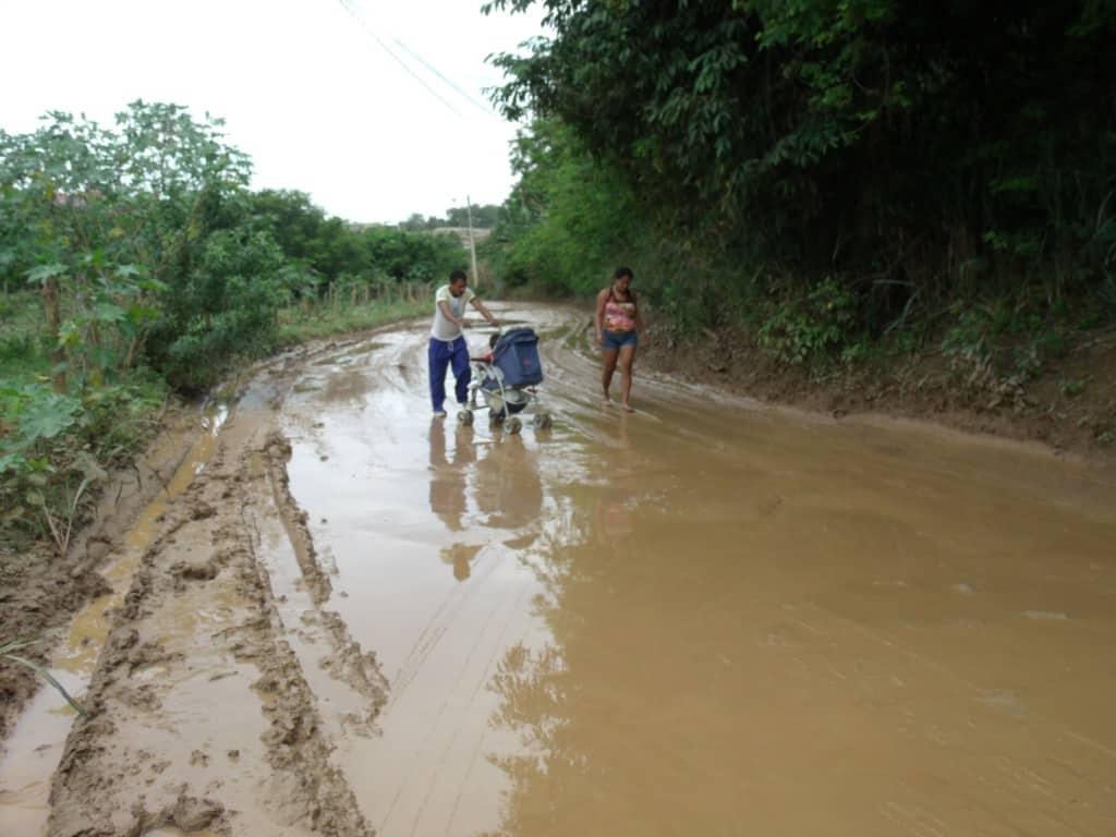 Família tem que atravessar o lamaçal par chegar em casa. Foto: João Thomazelli/Portal 27