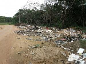 além dos buracos e da lama, moradores usam o local como depósito de lixo. Foto: João Thomazelli/Portal 27
