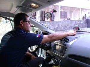 O taxista robson Rangel mostra o funcionamento do taxímetro em seu veículo. Foto: João Thomazelli/Portal 27