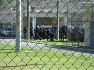 Agentes do DOT se preparam para entrar no CDP de Guarapari. Foto: João Thomazelli/Portal 27